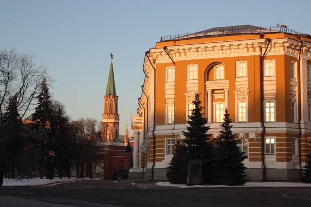 Здание Сената и Никольская башня Московского Кремля.