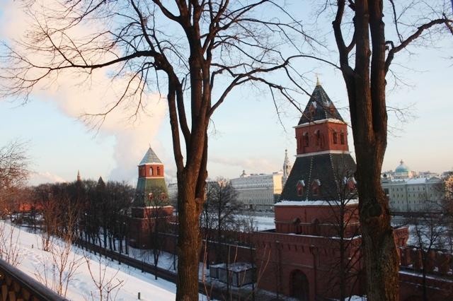 Тайницкая башня (справа), Первая Безымянная башня. Вид на Москву-реку.