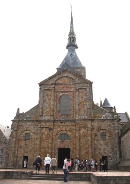 Фасад аббатской церкви в Мон-Сен-Мишеле.