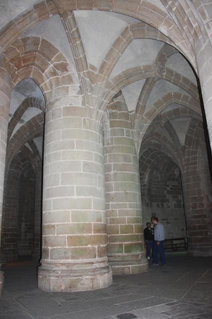 Крипта толстых столпов (XV век) аббатства Мон-Сен-Мишель.