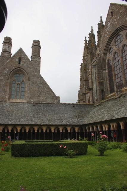 Внутренний монастырский двор с видом на трапезную и церковь.