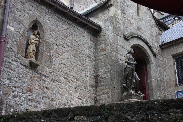 Приходская церковь святого Петра расположена на улице Гран.