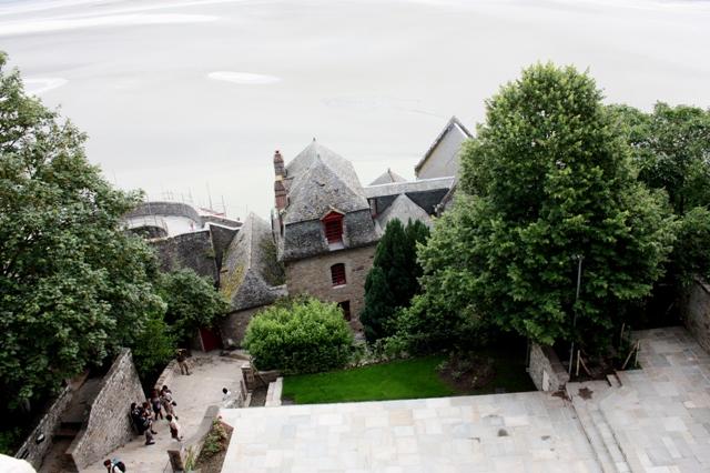Спуск с вершины аббатства Мон-Сен-Мишель.