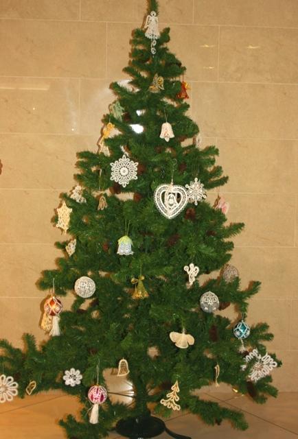 Сказка о кружеве, новогодняя елочка с кружевными игрушками.