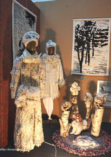 Слева костюм «Зимушка-зима» из коллекции «Лоскутный мех».