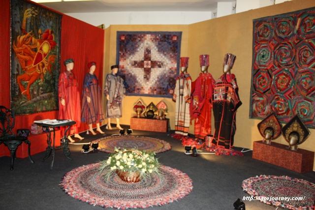 Часть выставки Елены Пелевиной в соборе Христа Спасителя.