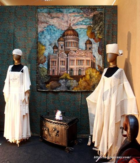 """Панно """"Храм Христа Спасителя"""" и белые костюмы Елены Пелевиной."""