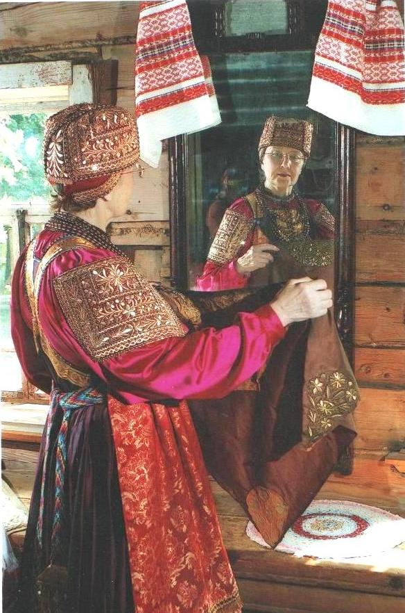 Фотография Л. И. Цыплаковой в празднисном нижегородском костюме.