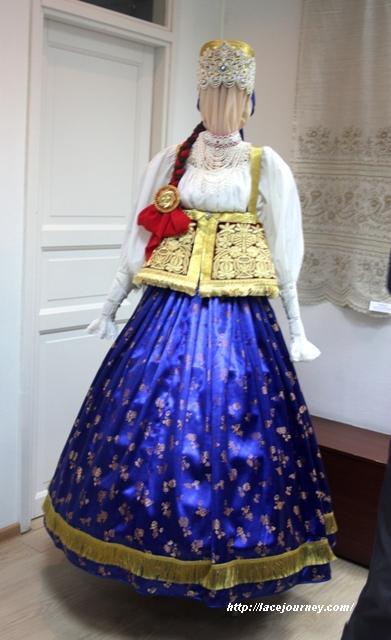 Нижегородский девичий праздничный костюм. Автор и исполнитель Л. И. Цыплакова.