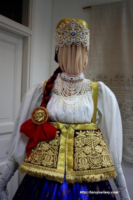 Фрагмент нижегородского девичьего костюма. Автор и исполнитель Л. И. Цыплакова.