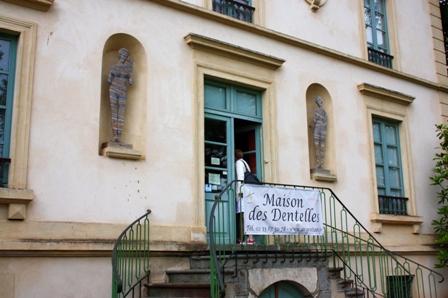 Музей кружева в Аржантане. Вход в него.