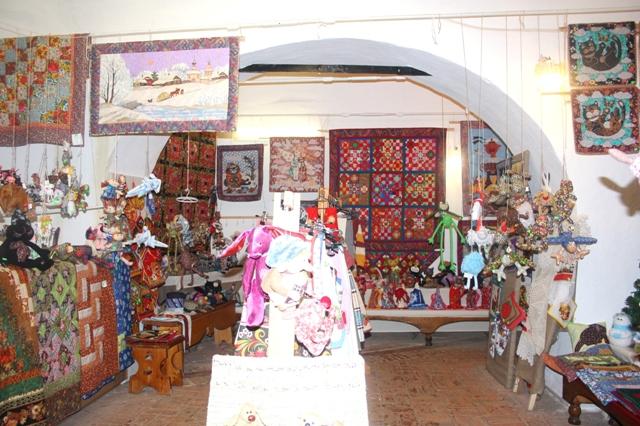 Суздаль. Спасо-Евфимиевский монастырь. Магазин-галерея современного лоскутного шитья.