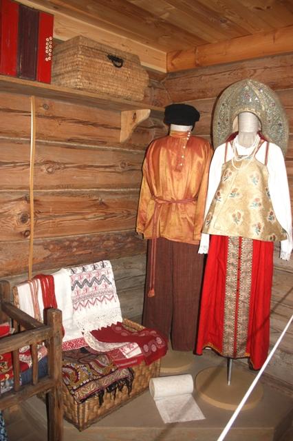 Суздаль. Музей деревянного зодчества. Свадебные костюмы.