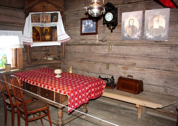 Суздаль. Музей деревянного зодчества. Интерьер жилой комнаты.
