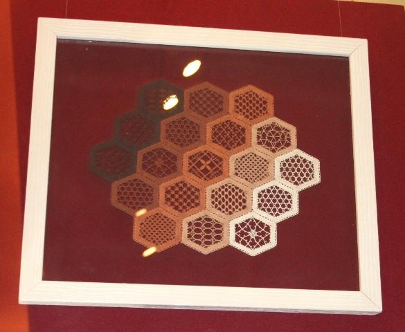 Панно «Кружевные соты», 2010 г. Франция, г. Ле Пюи-ан-Веле. Нить х/б, кружево, сцепная техника. 34 Х29.5 см.