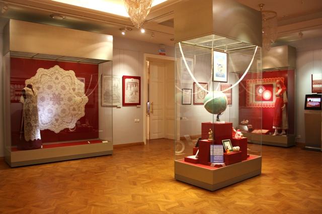 Вологда. Музей кружева. Выставка «С миру по кружеву». Часть экспозиции.