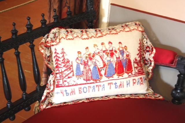 Клин. Музей П. И. Чайковского. Диванная подушка. Вышивка крестом. Коклюшечное кружево.