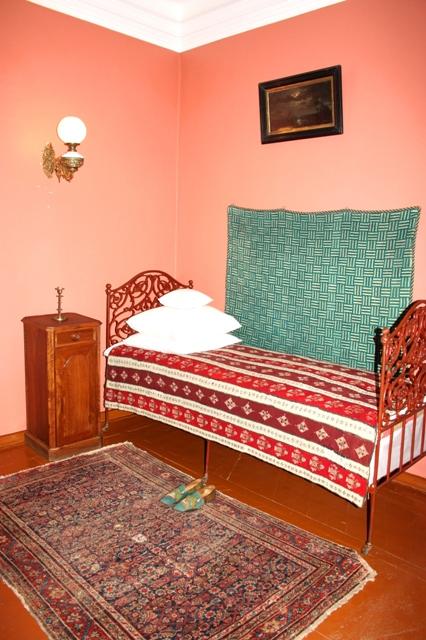 Клин. Музей П. И. Чайковского. Уголок спальной комнаты композитора.