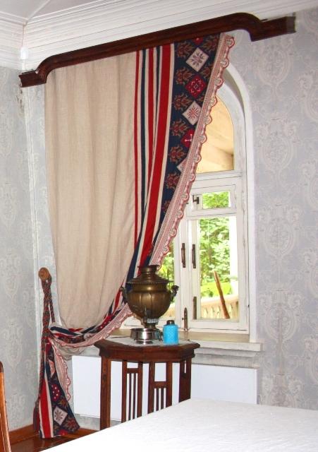 Клин. Музей П. И. Чайковского. Окно столовой. Шторы. Вышивка крестом, коклюшечное кружево