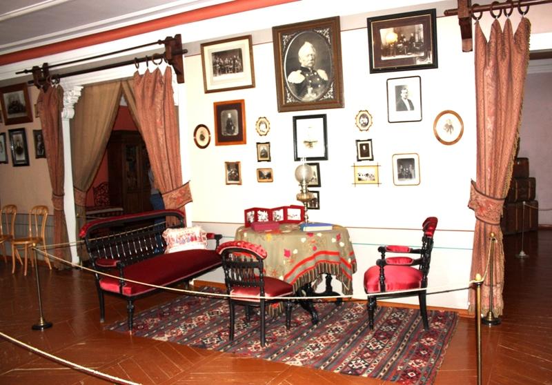 Клин. Музей П. И. Чайковского. Уголок гостиной.