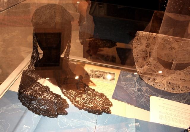 Ле Пюи. Коклюшечное плетение.  Слева  традиционный «гипюр пюи», справа воротник Сюзанны Пино