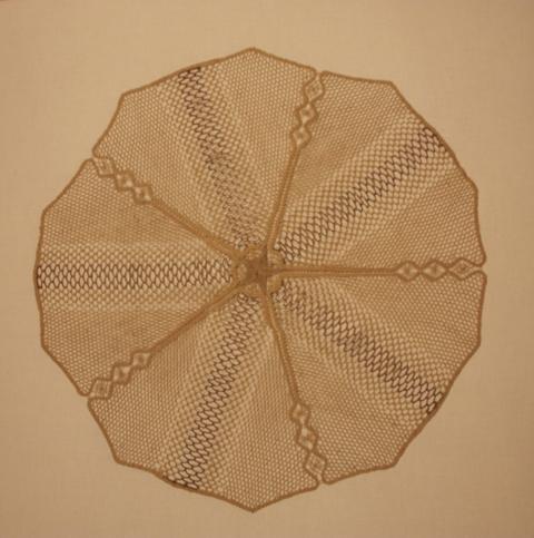 Сюзанна Пино. Салфетка.  Коклюшечное кружево. Льняная и золотная нити. (Pavillon des Artistes  Décorateurs ). 1937.