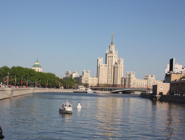 9 мая 2015 года. Москва. Москва-река и вид на «сталинскую высотку» на Котельнической набережной.