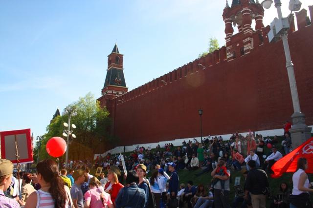 9 мая 2015 года. Москва. Бессмертный полк. Отдых около кремлевской стены.