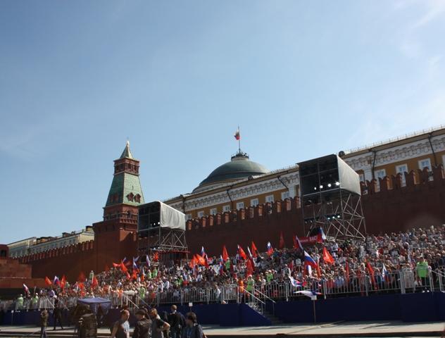 9 мая 2015 года. Москва. Бессмертный полк на трибунах около Кремля.