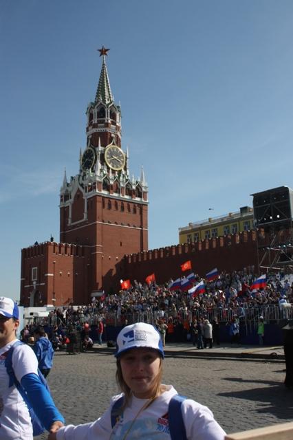 9 мая 2015 года. Москва. Бессмертный полк. Вид на Спасскую башню.