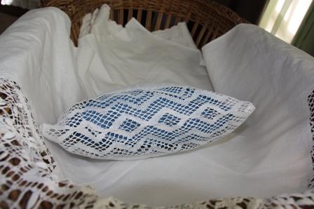 Балахна. Музей–усадьба купца А. А. Худякова. 70-е года XIX в. Детская подушка со вставкой коклюшечного плетения.