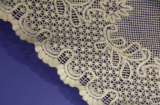 Шаль (фрагмент каймы). Шелк кремового цвета. Многопарная техника плетения. Балахна, конец  XIX в.