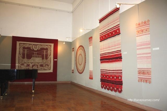 Часть экспозиции выставки «Кружево судьбы» о творчестве Д. А. Смирновой.