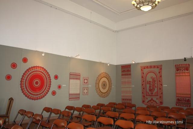 Часть экспозиции выставки «Кружево судьбы» о творчестве Д. А. Смирновой