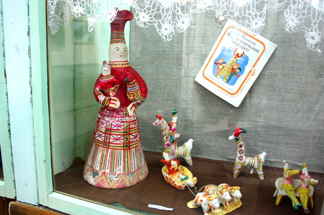 Одоев. Краеведческий музей. Экспозиция филимоновской глиняной игрушки.