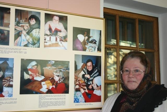 У стенда фотографий учащихся «Дагмарсколен».