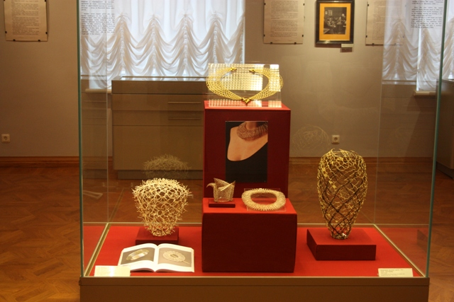 Вологда, выставка «Датское кружево: история и современность». Экспозиция ювелирных изделий современных датских мастеров.