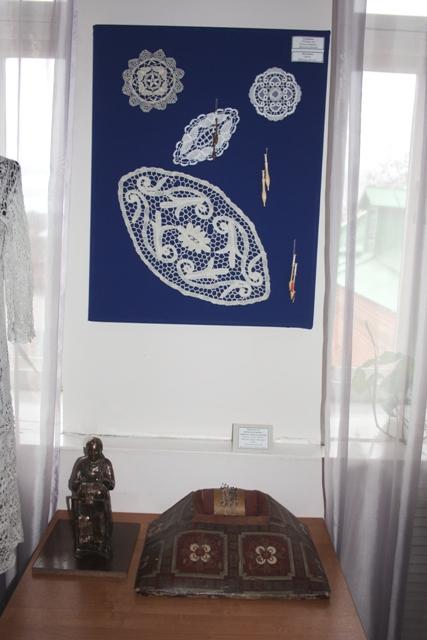 Подушка для кружевоплетения с образцом мерного кружева.