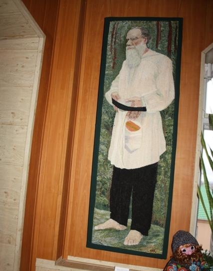 Елец.  Музей народных ремесел и промыслов. М. Е. Курасилов. Портрет Л. Н. Толстого. Вышивка петлей. Холст, мулине.