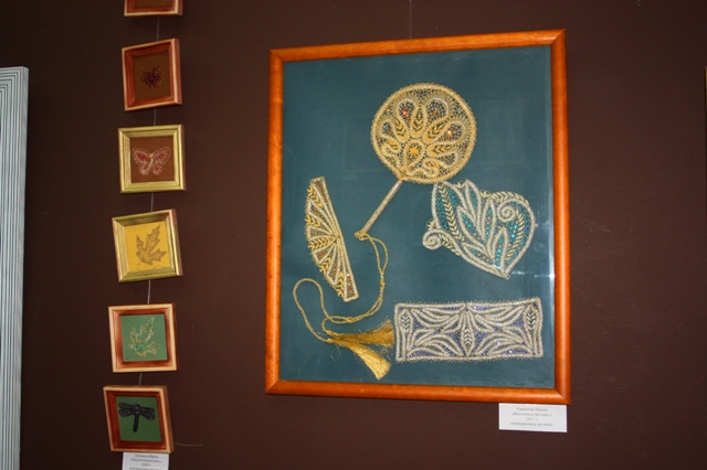 Справа. И. Урываева. Панно «Восточные мотивы», 2011 г. Металлизированные нити, коклюшечное плетение, сцепная техника.