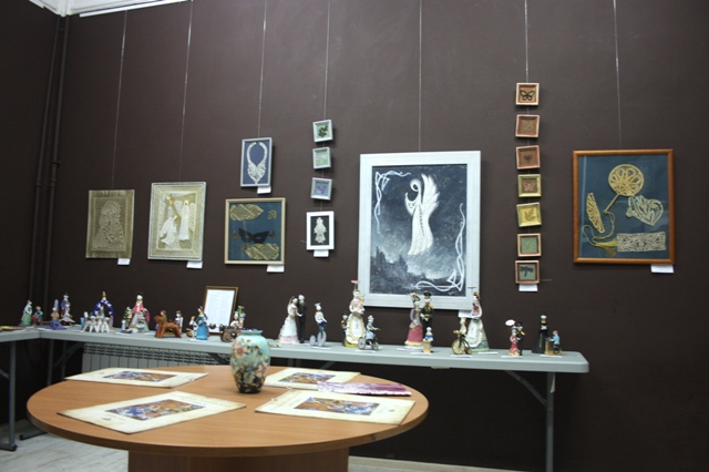 Экспозиция кружевных работ И. А. Урываевой  и тульской городской глиняной игрушки О. А. Андреевой.