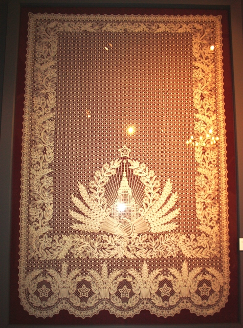 Гусева Н. Б. Занавес – панно «Высотное здание». Киров, 1954. Нити льняные, плетение коклюшечное, сцепная техника. ВМДПНИ.