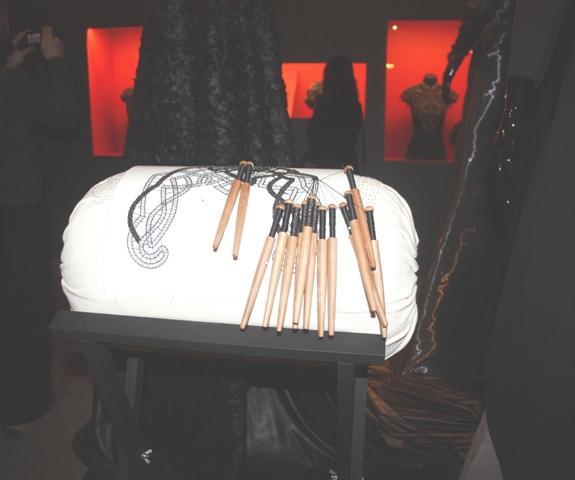 Экспозиция «DNA Dark Lace», Ольга Берг, подушка, коклюшки, сколок.