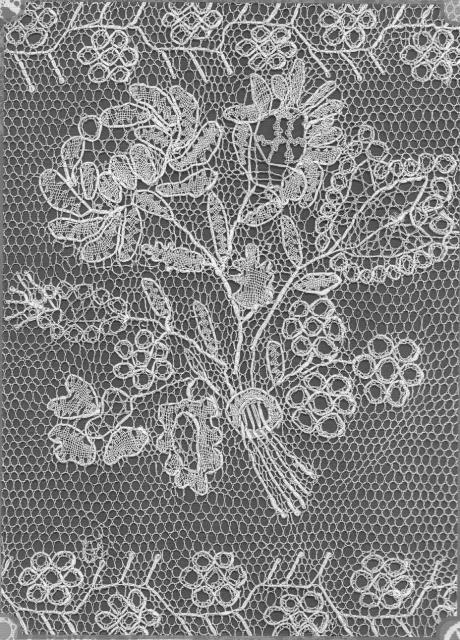 Восстановленное по старинному сколку из семьи Я. Н. Щапова ростовское кружево, исполнитель Л. Маркова.