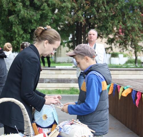 Мария Пивоварова, учащаяся кружевного класса в Щапово.