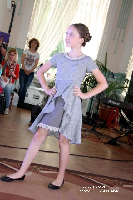 Даже без кружева такой крой платья красив и удобен. Но кружевное болеро придает девушке пикантное изящество.