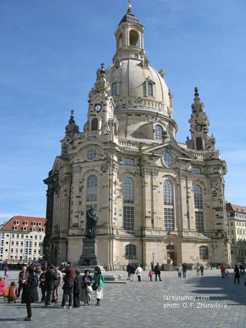 Дрезден. Церковь «Фрауэнкирхе».  Спереди памятник христианскому богослову, основателю протестантизма  Мартину Лютеру (1483, Саксония – 1546, Саксония).