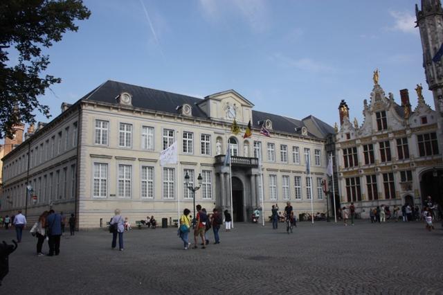 Брюгге. Площадь Бург. Здание Штаб-квартира Брюгского союза, XVIII в.  Дом старого архивариуса (справа).