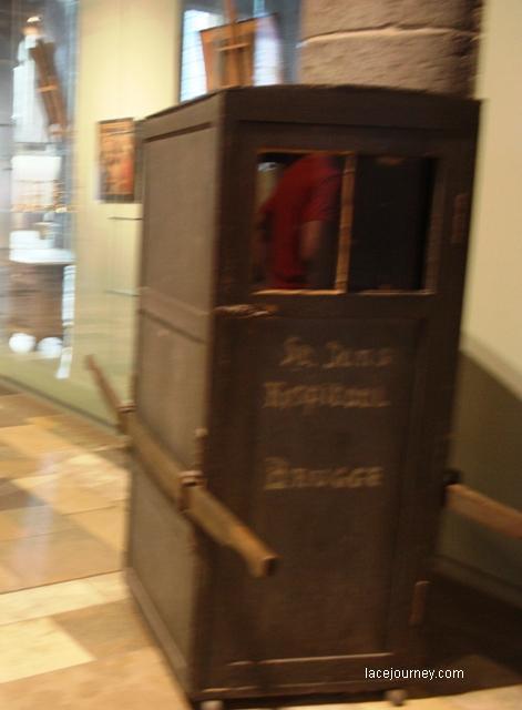 Брюгге. Музей Мемлинга. Носилки для больных.