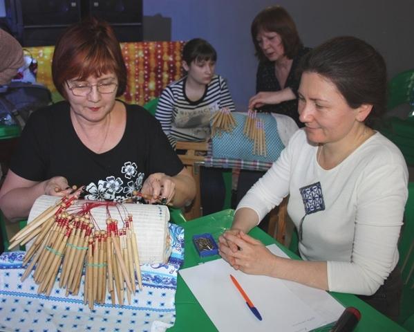 Мастер- класс  по плетению клюневой решётки проводит И. Шелленберг, г. Радужный. Её ученица  А. Шалыгина, преподаватель школы кружевниц из Мценска.